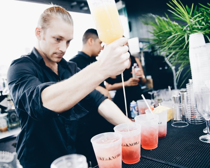 rewardstyle-nyfw-rooftop-party-Bartender